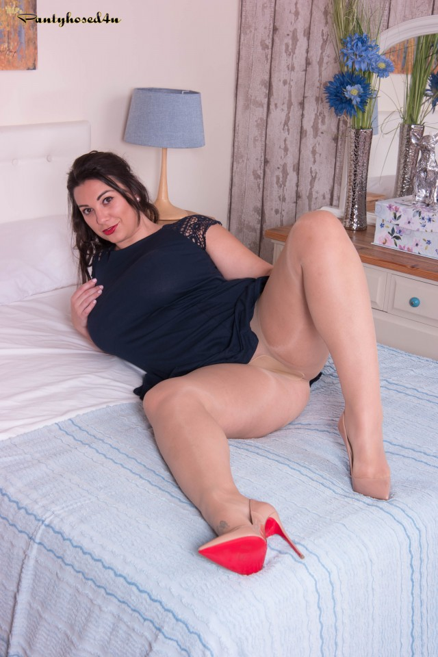 Thick amateur model plays with her twat via crotchless pantyhose